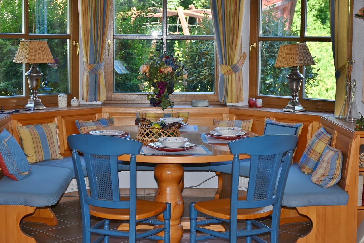 Jaki stół do kuchni wybrać? Okrągły stół z marmurowym blatem