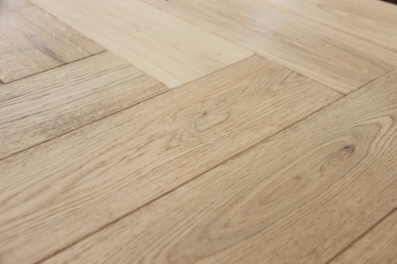 Jak naoliwić drewnianą podłogę w 7 prostych krokach?